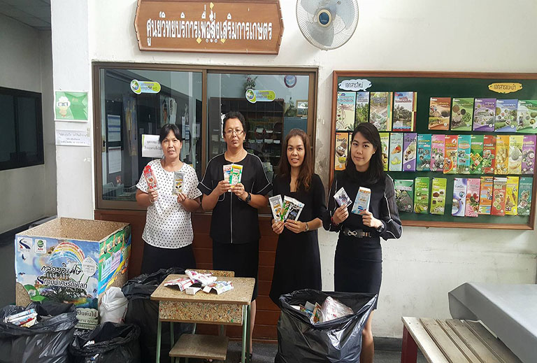 มอบกล่องยูเอชทีให้ผู้แทนของการทางพิเศษแห่งประเทศไทย