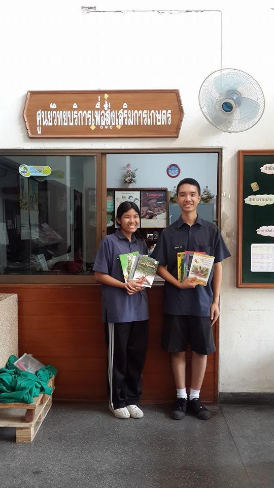 น้องๆ โรงเรียนสารวิทยา รับสื่อเอกสาร สำหรับใช้ประกอบการเรียน เมื่อวันที่ 16 กุมภาพันธ์ 2558